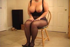 Big-chested curvaceous mummy in tights heeljob