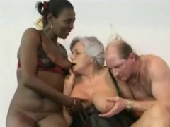 Granny witnesses daughter in a double penetration