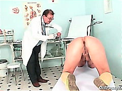 Older vanda gyno cunt speculum checkup at gyno clinic