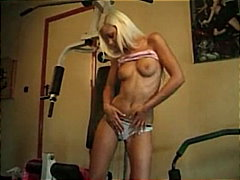 geskeer, sportruimte, strip, blond,