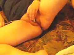 Wifey wanks to climax on couch